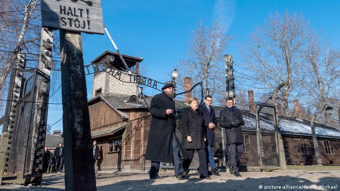 German Chancellor Angela Merkel makes an official visit to the former Nazi German death camp Auschwitz-Birkenau (picture-alliance/dpa/R. Michael)