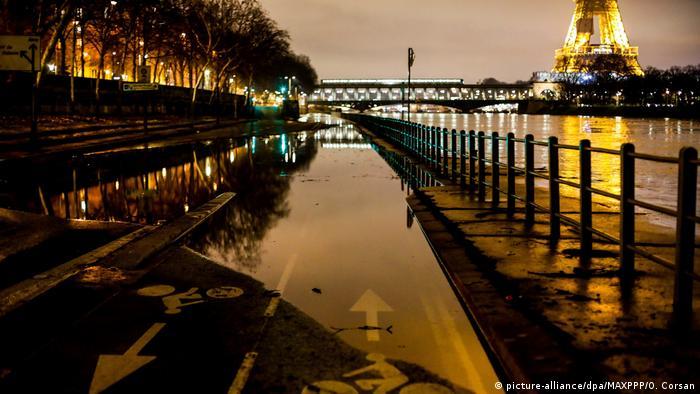 Margens inundadas do Rio Sena, em Paris