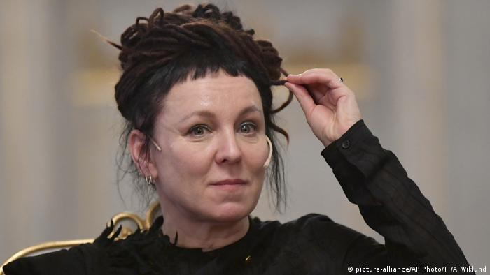 اولگا توکارچوک، نویسنده ۵۷ ساله لهستانی برنده جایزه نوبل ادبیات سال ۲۰۱۸ بود. این جایزه در سال ۲۰۱۹ به او اهدا شد. به گفته داوران آکادمی سوئد علت گزینش توکارچوک، گذشتن او از مرزهای رایج به کمک قدرت خیالپردازی و اشتیاق پایانناپذیر نویسنده بوده است.هیأت دوران پراهمیتترین اثر این نویسنده لهستانی تاکنون را اسفار یعقوب منتشرشده در سال ۲۰۱۴ دانسته بود.
