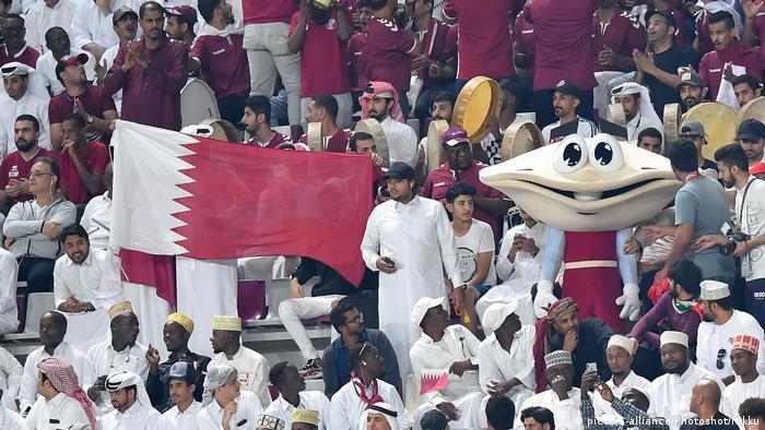 لقطة لجماهير ترفع علم قطر خلال مباراة قطر واليمن في كأس الخليح بالدوحة 30/11/ 2019