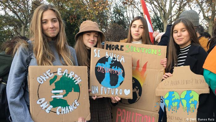 Protesters holding signs at the Madrid climate protest (DW/I. Banos Ruiz)