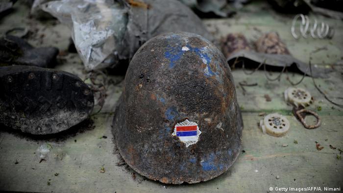 Kosovo Pristina 2013 | Helm mit serbischer Flagge (Getty Images/AFP/A. Nimani)