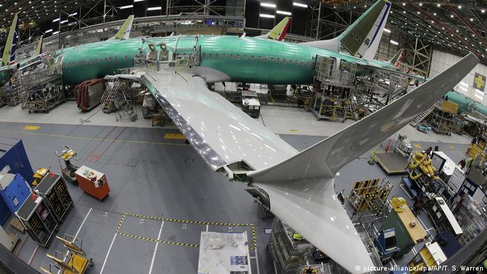 Boeing 737 MAX em montagem num galpão da Boeing