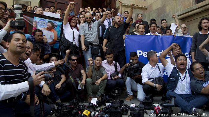 Protestas de periodistas guatemaltecos por el asesinato de uno de sus colegas en 2015.
