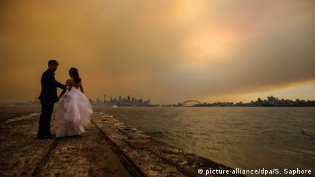 BdTD Buschbrände in Australien Sydney Brautpaar (picture-alliance/dpa/S. Saphore)