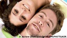 verliebtes Paar liegt Kopf an Kopf am Boden | couple of lovers on the floor | Verwendung weltweit