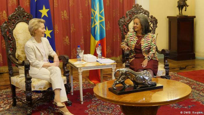 Ursula von der Leyen, EU-Kommissionspräsidentin (li.) und die Staatspräsidentin von Äthiopien Sahle Worke Zewde beim Empfang im Präsidentenpalast in Addis Abeba