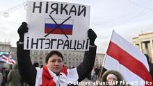 A protester holds a banner reading 'No to integration!' during a rally in downtown Minsk, Belarus, Saturday, Dec. 7, 2019. More than 1,000 opposition demonstrators are rallying in Belarus to protest closer integration with Russia. Saturday's protest in the Belarusian capital comes as Belarusian President Alexander Lukashenko is holding talks with Russian President Vladimir Putin in Sochi on Russia's Black Sea coast. (AP Photo/Sergei Grits) |