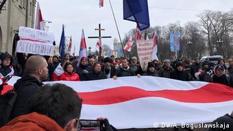 Собравшиеся несли исторические флаги Беларуси