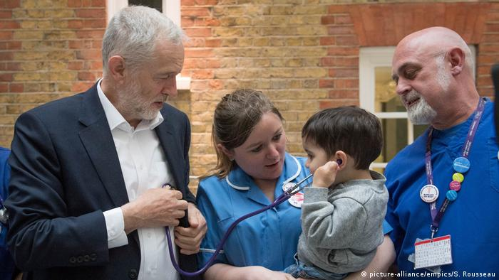 Jeremy Corbyn meeting NHS staff (picture-alliance/empics/S. Rousseau)