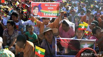 Foto de manifestantes en apoyo a Suu Kyi.