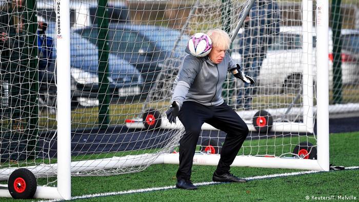 Britanski premijer Boris Johnson pred parlamentarne izbore, koji se doržavaju u utorak, na sve načine pokušava prikupiti poene. Tako je bilo i na treningu ženskog nogometnog tima u regionu Manchestera. Ne znamo koliko je poena osvojio, niti koliko je golova dobio.