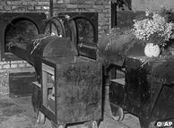 آشویتس دارای ۶ اتاق گاز و ۴ کوره جسدسوزی بود. با مشاهده آنچه از این مکان باقی مانده است، حتی امروز هم بازدیدکنندگان دچار وحشت میشوند. بسیاری از زندانیانی که از اروپا به آشویتس منتقل میشدند، در همان روز اول به قتل میرسیدند و اجسادشان سوزانده میشد.