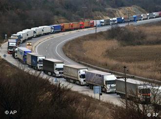 Lastwagen stauen sich an der Griechisch-Bulgarischen Grenze (Foto: AP)