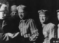 ۲۷ ژانویه ۲۰۱۰، ۶۵ سال از آزادسازی اردوگاه مرگ آشویتس به دست سربازان روس میگذرد. بین سالهای ۱۹۴۰ تا ۱۹۴۵ بیش از یک میلیون انسان، که اکثرشان یهودی بودند، در آنجا کشته شدند. زمانی که سربازان روس اردوگاه آشویتس را رسما آزاد کردند، فقط ۷۰۰۰ زندانی هنوز در آنجا زنده مانده بودند. تصویر بالا سه تن از بازماندگان را در سال ۱۹۴۵ نشان میدهد.