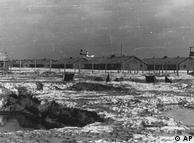 آشویتس – بیرکنائو بزرگترین اردوگاه کار اجباری و اردوگاه مرگ نازیها بود، و امروز هم تنها اردوگاهی است که از سال ۱۹۴۵ به بعد تغییری در ساختمان آن صورت نگرفته است. در آشویتس مانند همه اردوگاههای دیگر نازیها، کولیها نیز به قتل میرسیدند. تصویر بالا مربوط به سال ۱۹۴۶ است.