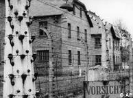 لهستان بنیادی را برای حفظ این اردوگاه به عنوان بنای یادبود تاسیس کرده است. آلمان نیمی از بودجه حفظ آشویتس را که حدود ۱۲۰ میلیون یورو میشود، متقبل شده است. تصویر بالا آشویتس را در پشت سیم خاردار در سال ۱۹۵۸ نشان میدهد.