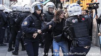 Αστυνομική βία κατά γυναικών που διαδηλώνουν