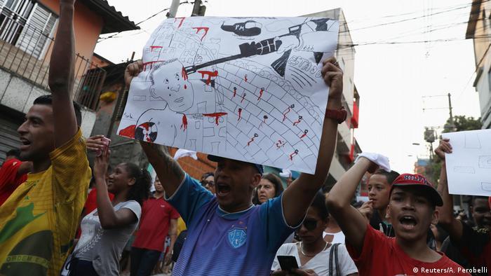 Foto de personas protestando en Paraisópolis.