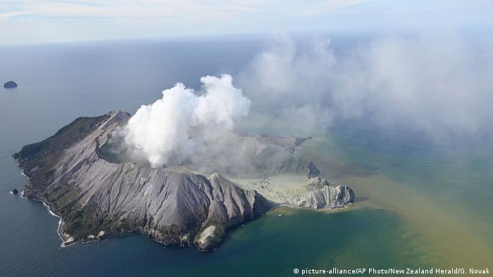 Vulcão Whakaari, localizado na Ilha Branca, a cerca de 50 quilômetros da costa da Ilha Norte da Nova Zelândia