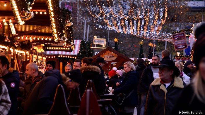 People milling about the Christmas market at Berlin's Breitscheidplatz (DW/S. Bartlick )