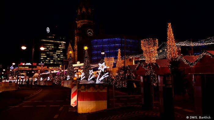 Festive lights at the Christmas market at Berlin's Breitscheidplatz (DW/S. Bartlick )