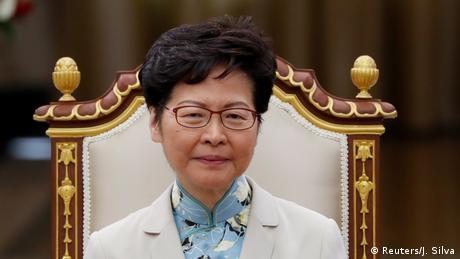 تواجه زعيمة هونغ كونغ كاري لام ضغوطا شعبية هائلة. منذ شهور، يخرج مئات آلاف المحتجين بانتظام إلى الشوارع للمطالبة بأشياء من بينها استقالتها. وعلى الرغم من الخسائر الواضحة في انتخابات نوفمبر/ تشرين الثاني المحلية، لم تقدم لام أي تنازلات. وتدعم لام الحكومة المركزية في بكين، التي دعتها إلى تهدئة الوضع. وسيظهر عام 2020 ما إذا كانت ستحتفظ بمنصبها أم لا.