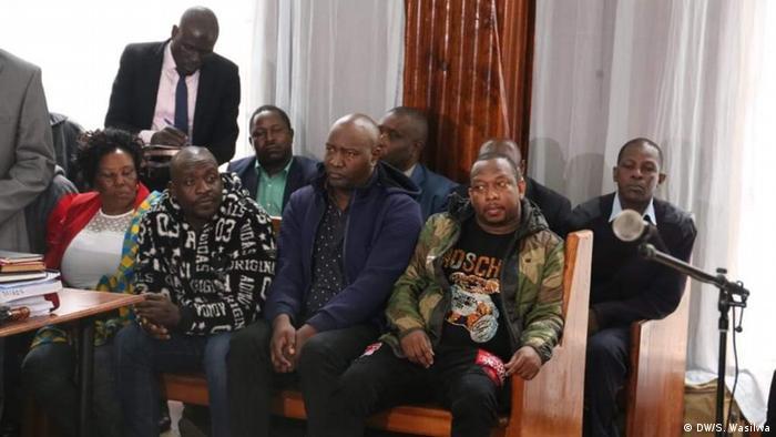 Gavana Mike Sonko (mbele kulia) akiwa mahakamani Milimani mjini Nairobi.