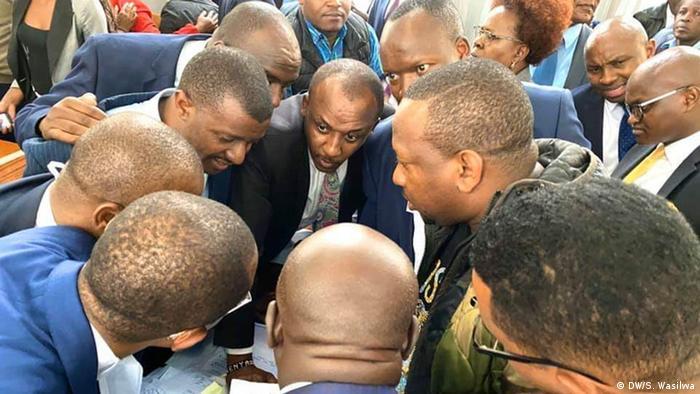 Gavana wa Nairobi Mike Sonko akishauriana na baadhi ya mawakili wake katika mahakama ya Milimani anakokabiliwa na kesi ya shutuma za ufisadi.