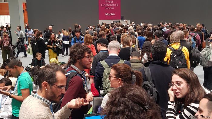 Periodistas, funcionarios estatales y ambientalistas, aglomerados para ver a Greta Thunberg en la conferencia climática de Madrid.