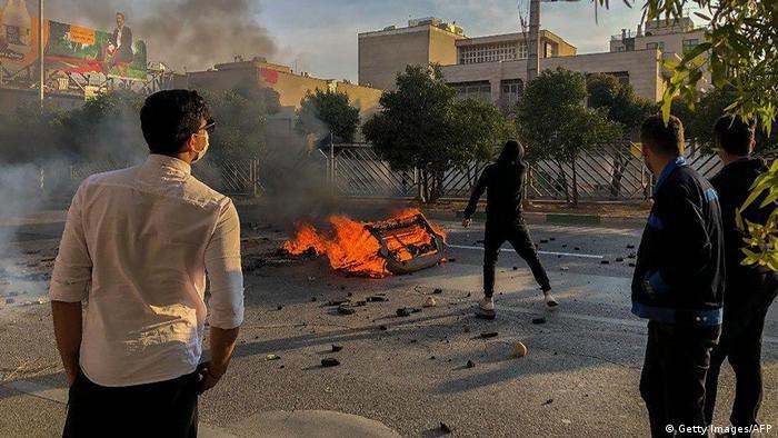 Iran Proteste mit vermummten Protestteilnehmern (Getty Images/AFP)