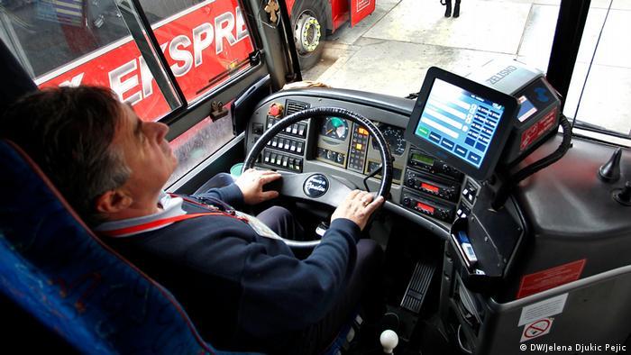 Служебен автомобил, който струва по-малко от 50 000 евро? Никой уважаващ себе си инвестиционен банкер не би хванал волана на подобно возило. Професионалният шофьор на камион или автобус живее в съвсем други измерения: в Германия той изкарва средно 29 616 евро годишно. Сам си е виновен? Защо не работи в някоя банка? Това ли биха казали банкерите?