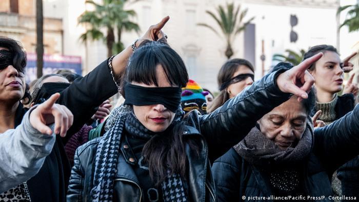 Italien Rom | Feministische Performance geht um die Welt Der Vergewaltiger bist du