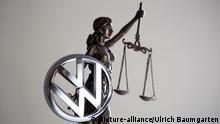 A symbolic image showing a VW logo and justice figurine (picture-alliance/Ulrich Baumgarten)