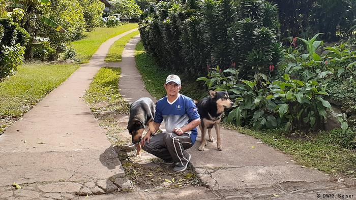 Mario Cerrato y sus perros, en la entrada a Tisey.