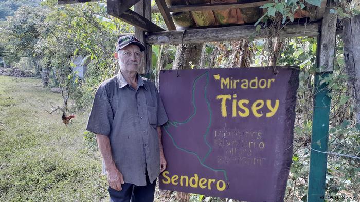 Don Marco Cerrato, a sus 77 años, se encarga del cuidado de los pinares en el bosque tropical húmedo.