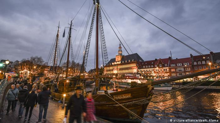 Germany | People stolling along the harbor at dusk to enjoy the Angel Market - Christmas market in Emden (picture-alliance/dpa/K. Klama)