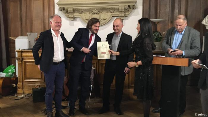 2019 Uluslararası Basın Büyük Ödülü'ne layık görülen (soldan sağa) Etienne Gernelle, Romain Gubert ve Guillaume Perrier, ödülü Fransa Uluslararası Basın Derneği Başkanı Paola Sandoval'ın elinden aldı.