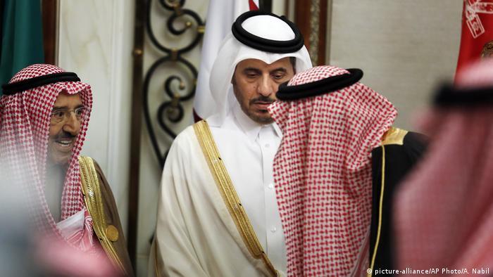 عبدالله بن ناصر بن خلیفه آل ثانی، نخست وزیر قطر (وسط)، در اجلاس ریاض
