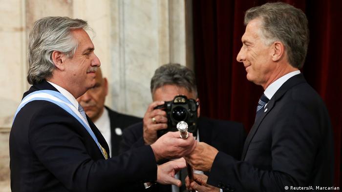 Fernández recebe de Macri o bastão da presidência
