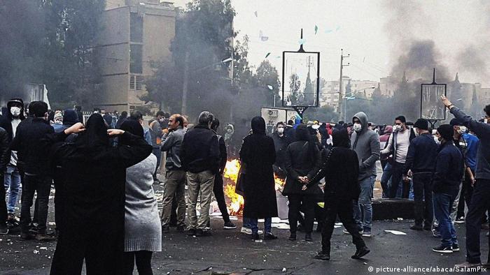 Iran | Proteste gegen den Anstieg der Benzinpreise (picture-alliance/abaca/SalamPix)