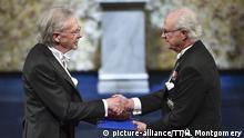 Austrian author Peter Handke, left, receives the prize from King Carl Gustaf of Sweden, during the Nobel Prize award ceremony, at the Stockholm Concert Hall, in Stockholm, Monday, Dec. 10, 2019. Foto: Henrik Montgomery / TT News Agency, Pool |