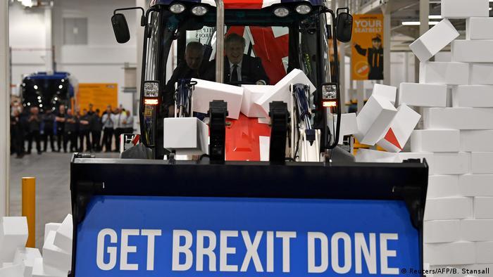 Премьер-министр Великобритании Борис Джонсон управляет бульдозером с надписью: Завершить Брекзит (фото из архива)
