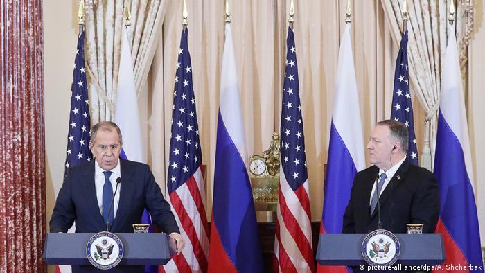 Сергей Лавров и Майкл Помпео, флаги России и США