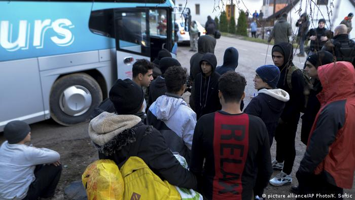 Migranti pored autobusa (picture alliance/AP Photo/K. Softic)