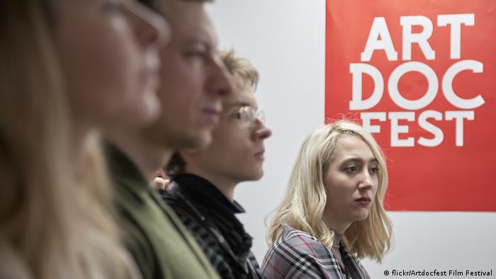 Зрители и логотип Артдокфеста