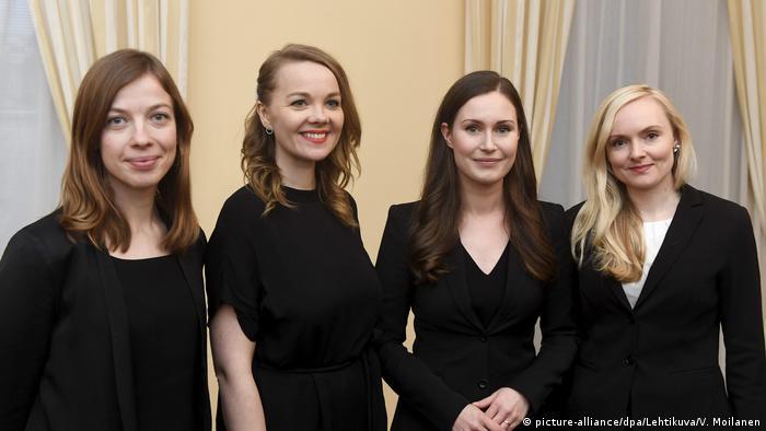 من اليمين: ماريا أوهيسالو ثم سانا مارين ثم كاتري كولموني ثم لي أندرسون