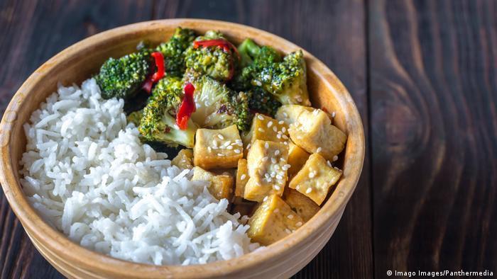 Gericht mit Reis Broccoli und Tofu