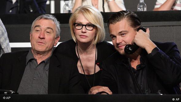 Robert De Niro, Ellen Barkin und Leonardo DiCaprio (v.l.n.r.), letzterer mit Telefonhörer am Ohr (Foto: AP)