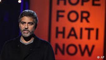 George Clooney neben 'Hope for Haiti Now'-Plakat (Foto: AP)